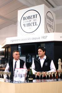 François Boche, directeur de la Cave des vignerons de Saumur (à gauche), et Marc Bonnin, président, au comptoir du magasin de vente de la coopérative à Saint-Cyr-en-Bourg (Maine-et-Loire). © P. TOUCHAIS