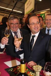 François Hollande s'est arrêté au pavillon des vins lors de sa visite au Salon de l'agriculture, à Paris, le 23février 2013. ©D.FRANJUS/CNIV