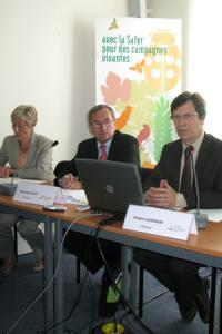 Emmanuel Hyest, président de la fédération nationale des Safer, et Robert Levesque, son directeur, lors de la conférence de presse de présentation du bilan 2011. © A. AUTEXIER