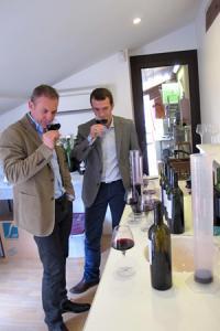 Stéphane Toutoundji, œnologue conseil dans le bordelais, et Grégory Lovato, propriétaire du château Lajarre. © M. BALUE