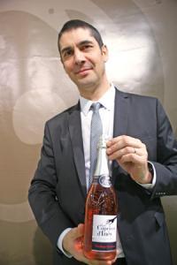 Bruno Prévot, de Loire Propriétés, présente une déclinaison en vin mousseux de l'un des produits phares du groupe coopératif: le Caprice d'Inès. ©P.TOUCHAIS