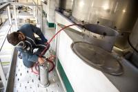 Les œnologues de l'ICV ont développé une formule mathématique qui permet de calculer le sulfitage à réaliser pour obtenir la teneur voulue en SO2 libre à partir de la teneur en éthanal dans les vins. ©P.ROY