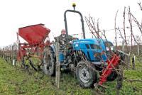 Pour faciliter la complantation, un viticulteur d'Indre-et-Loire a mis au point un arrache-cep, une tarière combinée à un distributeur d'engrais et un râteau monté sur le bras d'une minipelle. © M. CAILLON