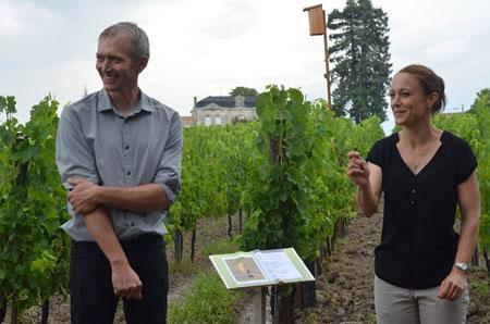 Benoit et Delphine Vinet le 25 juillet lors de l'inauguration de leur domaine en tant que refuge de la Ligue de protection des oiseaux. Au fond un nichoir accroché à un perchoir. Photo : domaine Emile Grelier