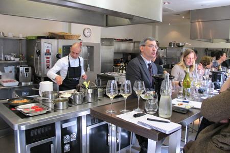 Cours pratiques d'accords mets et vins autour de l'AOC Mâcon à l'atelier Guy Martin, à Paris. © A. AUTEXIER