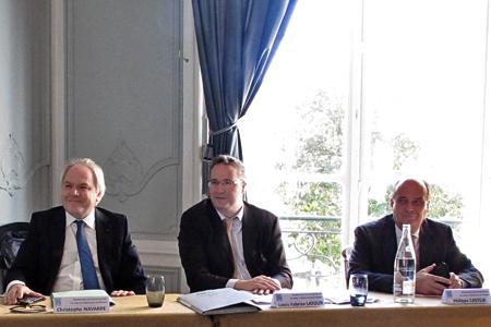 De gauche à droite : Christophe Navarre, le président de Moët Hennessy, Louis-Fabrice Latour, le président de la Fédération des exportateurs de vins et spiritueux, et Philippe Casteja, représentant du Bordelais à la FEVS et président de la maison Borie Manoux. © A. AUTEXIER