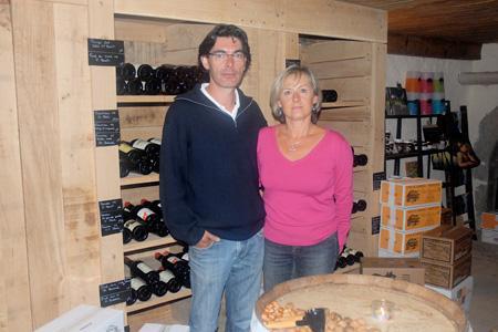 Valérie et Dominique Fixot gèrent La Part des Anges, une chambre d'hôtes qui vend tous les vins de son village. © T. JOLY