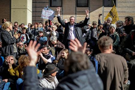 Emmanuel Giboulot à sa sortie du tribunal le 24février, attendu par des centaines de personnes venues le soutenir. ©J.PACHOUD/AFP