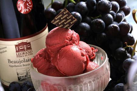 La glace de Raimo est composée à 70% de beaujolais nouveau, il s'agit d'un sorbet, car produire une glace au beaujolais aurait nécessité de faire bouillir le vin, ce qui lui aurait fait perdre son goût. © P. SCHAFF