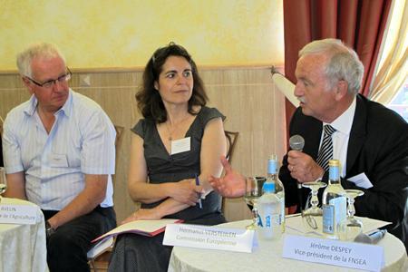 Hermanus Versteijlen (à droite), représentant de la Commission européenne, participe au groupe de travail de haut niveau sur les droits de plantation. © A. AUTEXIER