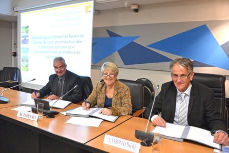 Joël Reynaud, président de Coop de France Alpes-Méditerranée, Mireille Peirano, vice-présidente de la région et Alain Sabonnadière, président de la Safer Paca lors de la signature de la convention entre la région, la Safer et Coop de France Alpes-Méditerranée.
