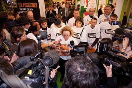 Des victimes de pesticides manifestent à l'occasion du Salon de l'agriculture, à Paris, le 27février. © OLIVIERPICARD.COM