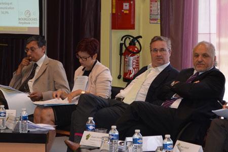 Claude Chevalier (à droite) et Louis-Fabrice Latour (cravate blanche), actuel et futur présidents du BIVB. ©C.MICHELIN