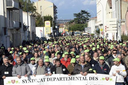 Les viticulteurs défilent dans les rues de Carcassonne pour manifester leur mécontentement avec, en tête de cortège, Frédéric Rouanet (deuxième à gauche), le président du syndicat des vignerons de l'Aude.© L.LECARPENTIER