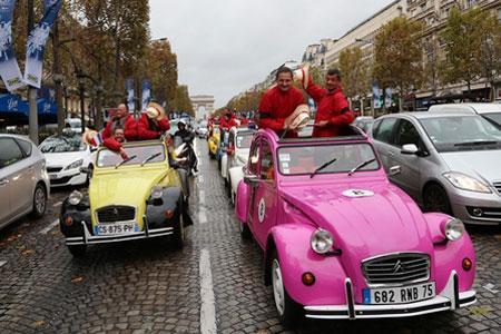 Une cinquantaine de vignerons duBeaujolais ont sillonné Paris dans des2CV, applaudis par lespassants. ©INTERBEAUJOLAIS