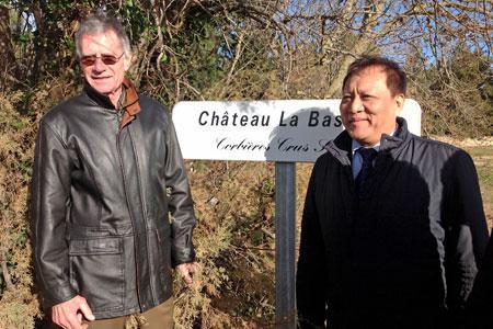 À gauche, l'ancien propriétaire, Guilhem Durand, à droite Min Yu, un des trois actionnaires du groupe chinois qui a acquis le château La Bastide. ©M.Trévoux