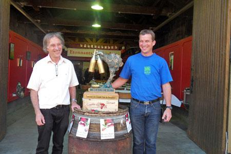 Lucien et Jean-Baptiste Charmet àcôté de leurtrophée d'or remporté lors del'édition2013 duConcours desgrands vins duBeaujolais.