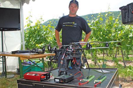 Avec son drone, Nicolas Einhart repère plus facilement les problèmes dans ses vignes. ©C.REIBEL