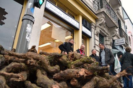 Lundi 3novembre, les vignerons de Saône-et-Loire ont déversé des pieds de vigne morts devant la permanence du député Christophe Sirugue pour manifester leur mécontentement. ©C.MICHELIN