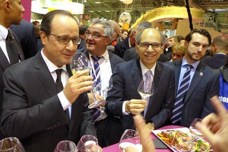 François Hollande est accueilli par Jean-Marie Barillère, président du Cniv, au pavillon des vins du Salon de l'agriculture.©B.COLLARD
