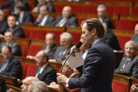 Le député UMP Guillaume Larrivé à la tribune: «Ne touchez pas à l'équilibre de la loi Évin.» ©Assemblée Nationale