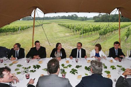 À la coopérative de Tutiac, François Hollande a déjeuné avec des viticulteurs et écouté leurs problèmes de terrain. ©Q.SALINIER