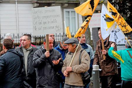 Une cinquantaine de créanciers du négoce Lucien Albrecht, qui a déposé lebilan en2012, a manifesté vendredi 9janvier devant la cour d'appel deColmar. ©V.MEYERWIRCKEL/MAXPPP