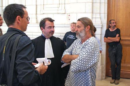 Olivier Cousin, avec son avocat MeMorain, répondant à un journaliste avant l'audience. © P.TOUCHAIS