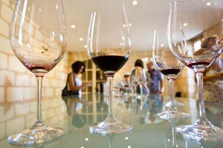 Dégustation au caveau du Château Pontet-Canet, dont le vin Les Hauts de Pontet-Canet 2012 a été déclassé en vin de France. © P.Roy