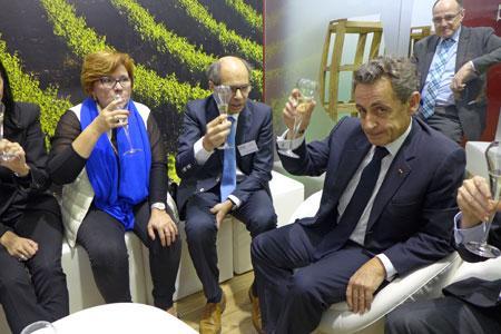 Nicolas Sarkozy trinque à la santé de la viticulture, au Salon de l'agriculture, le 25 février. ©B.COLLARD