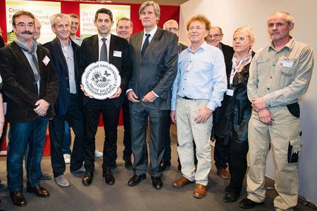 Thomas Montagne, logo HVE en main, le président des Vignerons indépendants de France a accueilli Stéphane Le Foll sur le salon, à Paris, le jeudi 27 novembre.