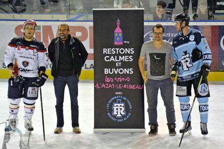 Deux joueurs de hockey posent, une bouteille de vin de Touraine-Azay-le-Rideau en main, aux côtés de Pascal Pibaleau (à gauche), président de l'appellation, et de Quentin Bourse, directeur du syndicat.