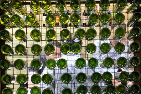 Depuis 2005, un contentieux oppose la verrerieO-I et le Club des Vignerons à lasuite d'une livraison debouteilles défectueuses. La justice poursuit soncours. ©C.FAIMALI/GFA