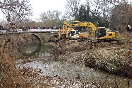 Le Syndicat des vignerons de l'Aude a fait intervenir des tractopelles pour entretenir le lit du Barrou qui avait provoqué de lourds dégâts fin novembre. ©M.TRÉVOUX