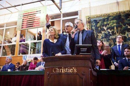 Claire Chazal, François de Ricqlès et Christophe Lambert adjugeant la Pièce des présidents à 480000euros.