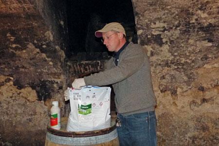 David Ratignier, viticulteur à Saint-Etienne-la-Varenne (Rhône), démontre l'intérêt du nouvel emballage Bayer pour sa gamme de fongicides antimildious sous la forme WG. ©C. STEF