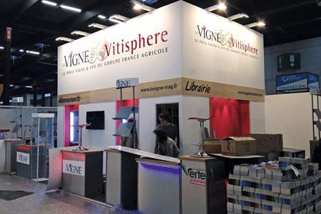 Le stand de La Vigne-Vitisphère en cours de montage à la veille de l'ouverture du salon.