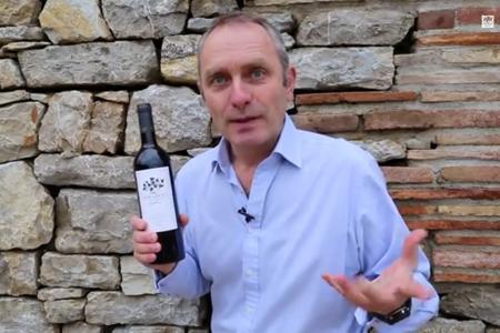 Stephen Cronk, un négociant en vin de Provence, sait comment ouvrir une bouteille sans tire-bouchon. © MIRABEAUWINE.COM