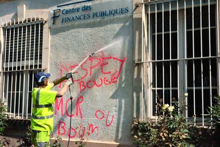 Plusieurs perceptions de l'Aude ont été tagguées par des vignerons en colère.© Y. Grassaud