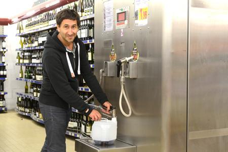 La machine baptisée Tankitup permet au consommateur de se servir du vin en vrac dans les grandes surfaces. ©X. CHABERT