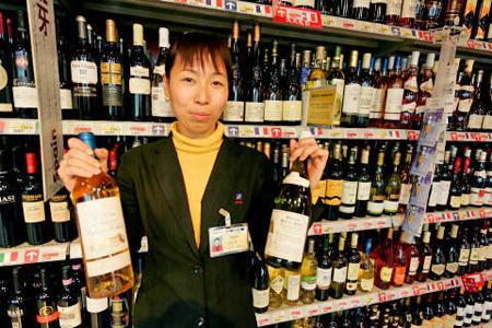 Les vignerons français visiteront quelques magasins de vins chinois pour voir que quoi se composent les rayons. © P. BESSARD/REA