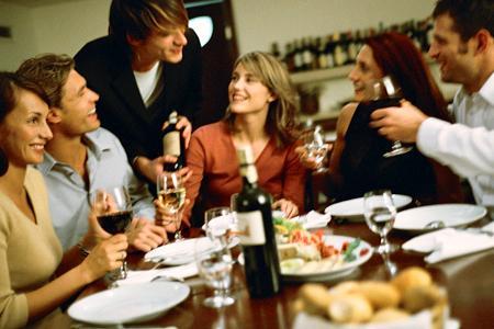 Selon la quatrième édition du baromètre Ifop – Vin et société, 70 % de gens privilégient la consommation du vin à domicile plutôt qu'au restaurant. © E. AUDRAS/PHOTOALTO/PHOTONONSTOP