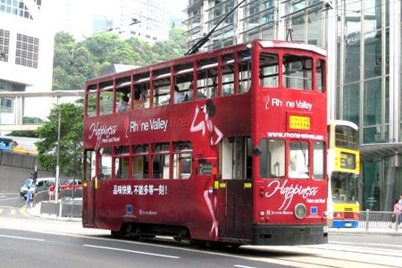 Les visiteurs de Vinexpo Asia ouvert les 29, 30 et 31mai à Hong Kong, ont pu découvrir la nouvelle campagne de communication d'Inter-Rhône qui s'affiche tout le mois sur le tramway de la ville. © INTER-RHÔNE