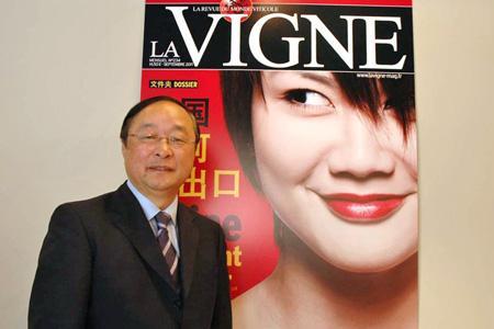 Wu Xilin, ministre conseiller économique et commercial de l'ambassade de Chine en France, s'est arrêté sur le stand de « La Vigne ». © J.-C. GRELIER/GFA