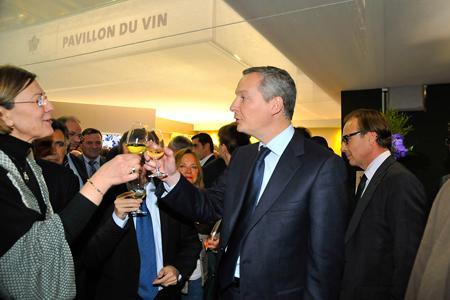 Bruno Le Maire, à droite, en compagnie de Marie-Christine Tarby, de Vin & société. © G. DEFOIS