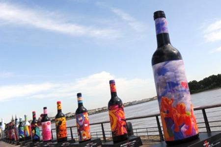 Les bordelaises, des bouteilles pouvant aller jusqu'à 4 mètres de haut et décorées par des artistes, s'égrènent le long de la Garonne.