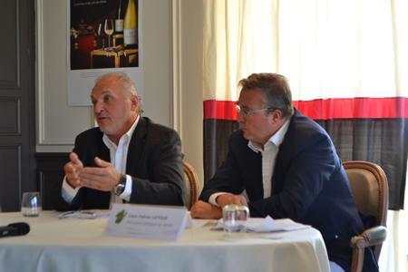 Claude Chevalier (à gauche) et Louis-Fabrice Latour, présidents du BIVB, ont annoncé une belle récolte 2014. ©C.MICHELIN