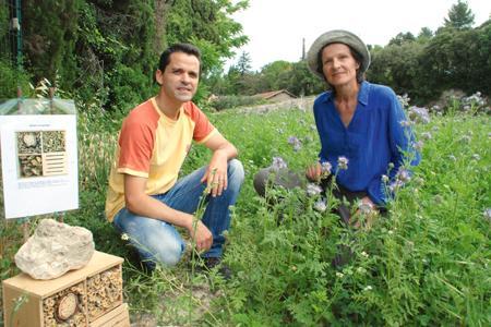 Sylvain Decoster, le responsable qualité et développement durable, et Françoise Aldersebaes, technicienne vigne de la cave de Vacqueyras devant un hôtel à insectes. ©S.FAVRE/PIXELIMAGE