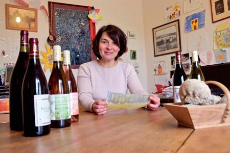 Céline Coté, jeune viticultrice dans le vignoble tonnerrois, ouvre son domaine aux amateurs, à l'occasion de la première fête de la Gastronomie. © F. BAL