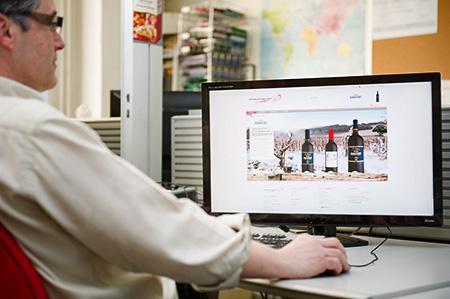 Le profil type de l'acheteur de vin sur internet correspond à un homme citadin de plus de 36 ans. © Y. CAINJO/GFA